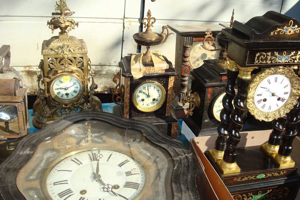 antique clocks collector